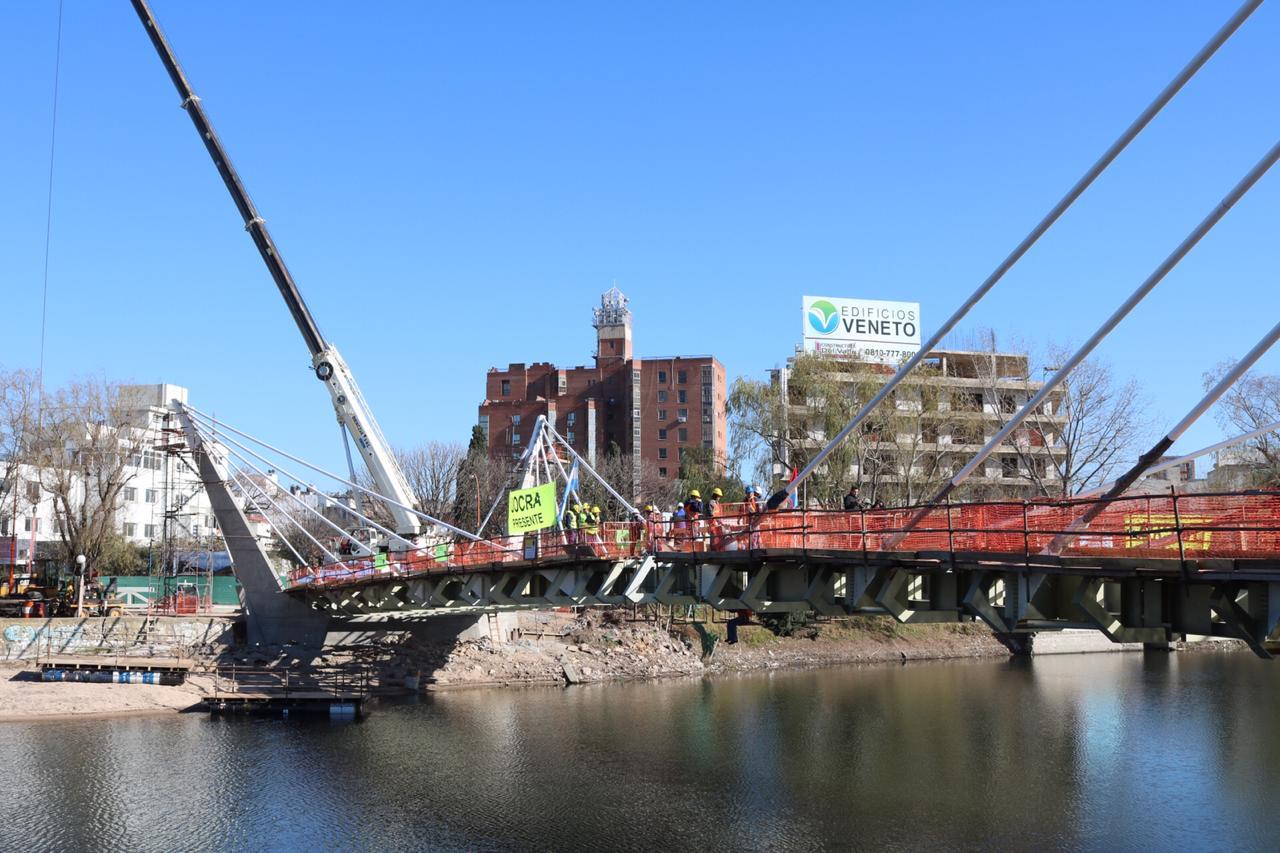 Colocaron el último tramo del Nuevo Puente Peatonal en Carlos Paz